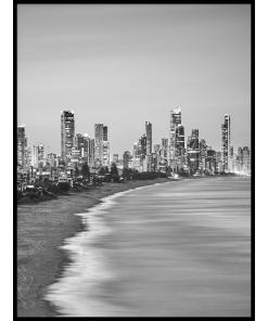 Plakat plaża przed miastem czarno białe
